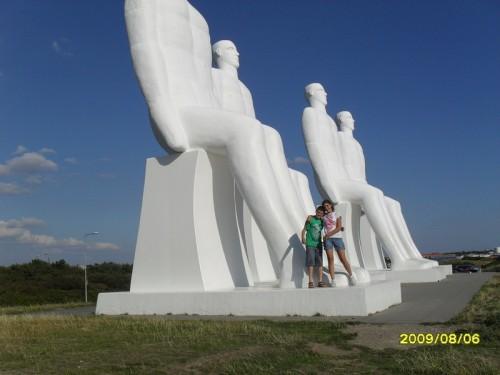 """Ale e Guglielmo posano con """"Gli uomini incontrano il mare"""" a Ejsberg"""