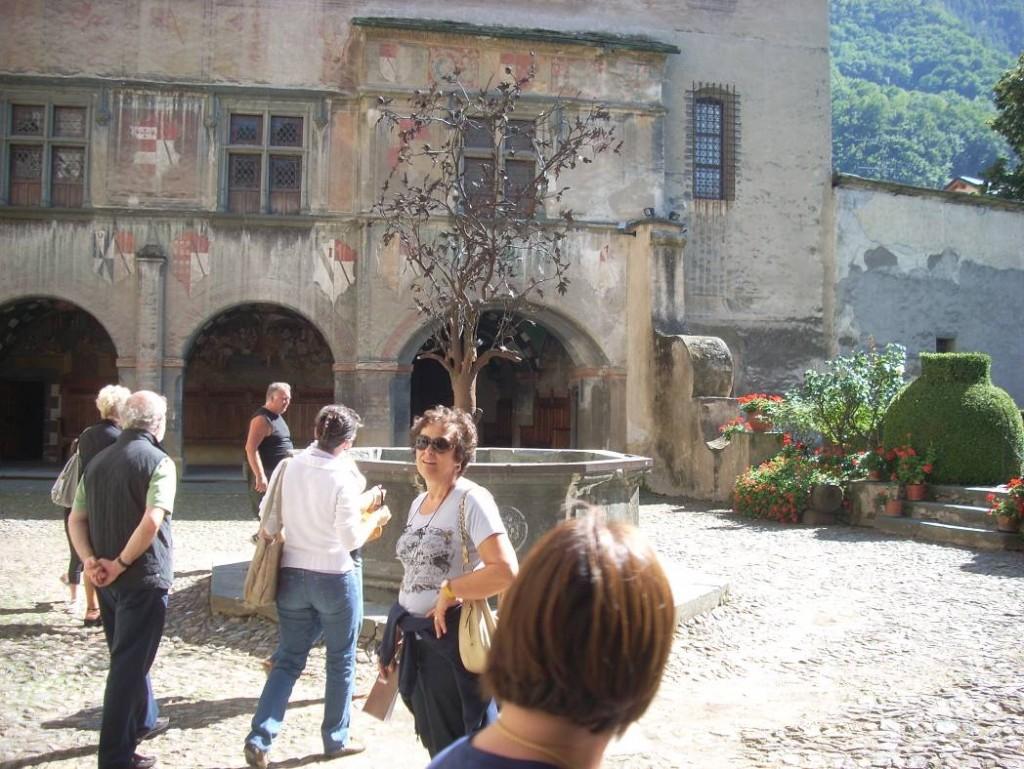 Castello di Issogne (Cortile interno con l'albero di melograno)