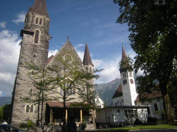 Interlaken la piazza con due chiese