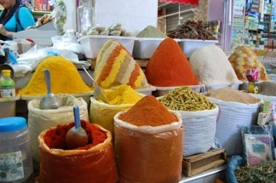 Banchetto di spezie nel suq di Meknes