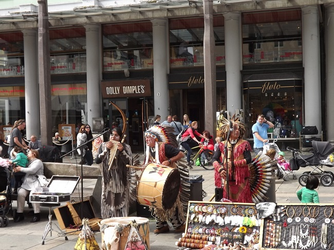 Rappresentazione nella piazza di Bergen di un gruppo di indiani